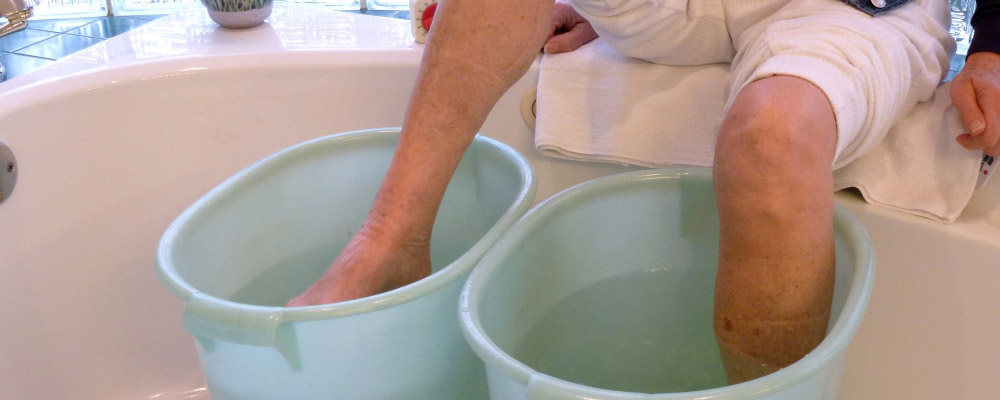 Hot-and-cold-water-therapy-to-get-relief-from-foot-pain